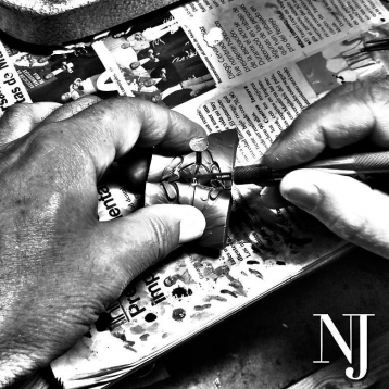 Manos de experiencia en un trabajo minucioso y artesanal, parte del proceso de la fabricación de cruces artesanales. • • • #caravaca #cruzdecaravacaoro #cehegín #artesanos #bullas #pequeñocomercio #moratalla #nuevajoyeriacaravaca #calasparra #comerciodecaravaca #caravacaOn