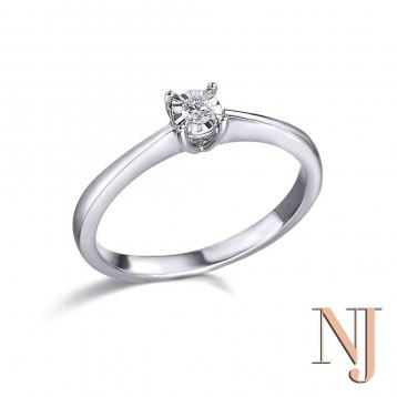 💥 MARAVILLOSO.🎁 Es el único adjetivo que se nos ocurre para definir esta imponente joya. anillo de oro blanco 18k y diamante💎. Aprovecha los bonolatidos y ahorrate 💰 • • • #caravaca #regalos #cehegin #moda #comerciodecaravaca #tendencia #bullas #caravacaOn #sortijasdiamantes #moratalla #anillosdecompromiso #pequeñocomercio #nuevajoyeriacaravaca